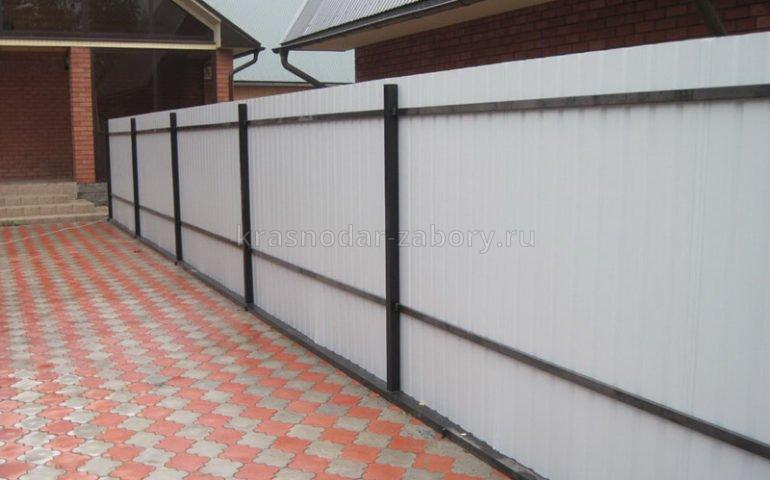 забор из профлиста с металлическими столбами цена